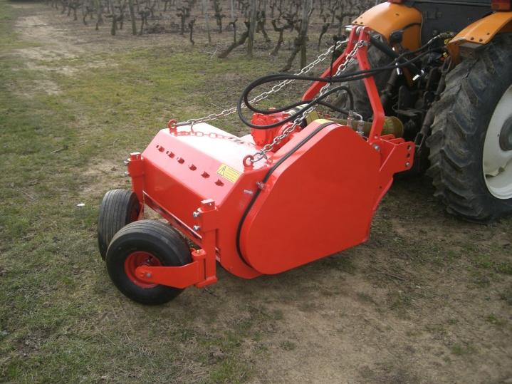 Broyeur à sarments attelé au tracteur